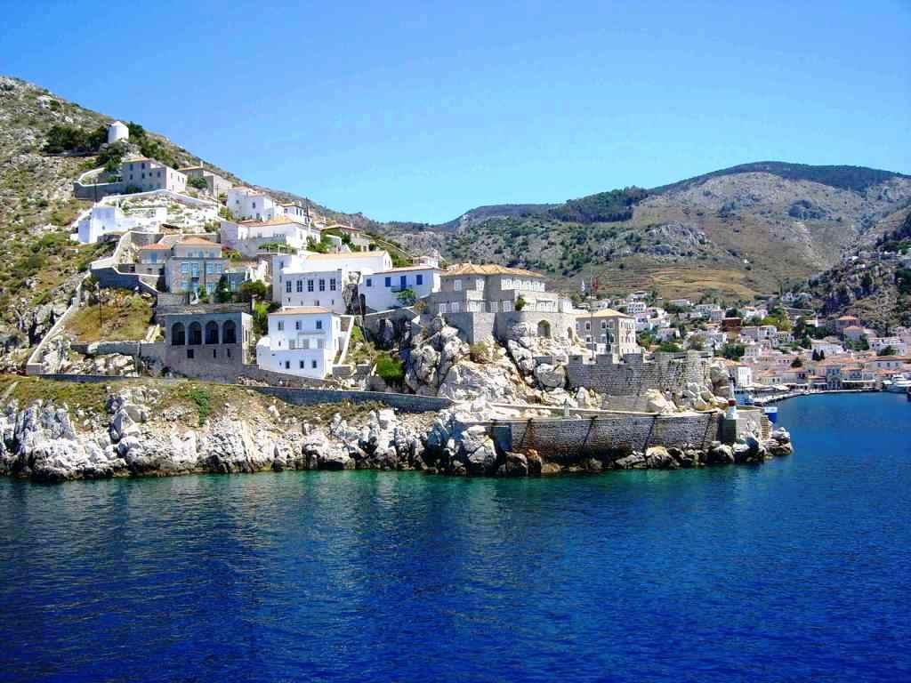 Greckie domki wkute w skały na wyspie Hydra