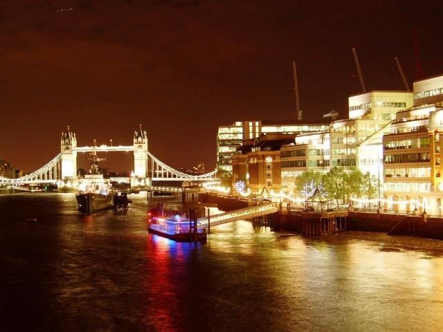 Tower Bridge w Londynie nad Tamizą