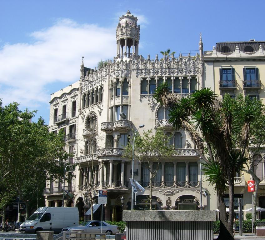 Casa Lleó-Morera - modernistyczny budynek mieszkalny w Barcelonie, przy ulicy Passeig de Gràcia. Obiekt powstał w 1864 roku według projektu Lluisa Domenecha i Montanera.