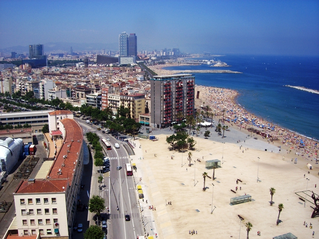 Widok z kolejki linowej na plażę w Barcelonie
