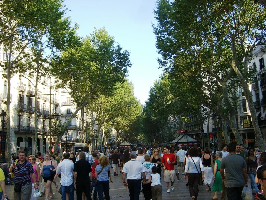 Las Ramblas – słynna, ruchliwa ulica w centrum Barcelony, popularna zarówno wśród turystów, jak i miejscowych.