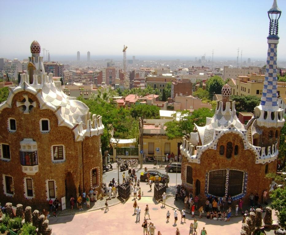 Park Güell, bajeczny ogród w Barcelonie przy ulicy Olot, w północno-centralnej części miasta.