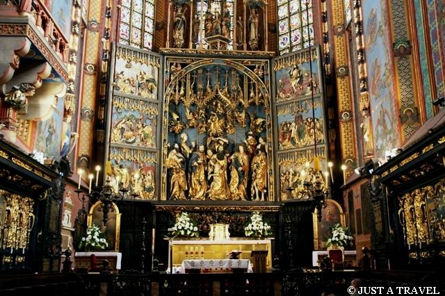 Wnętrze Kościoła Mariackiego z ołtarzem Wita Stwosza
