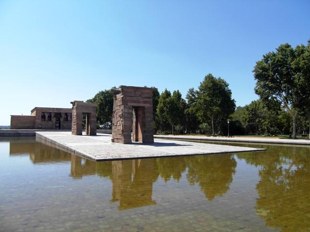 Templo de Debod, starożytna egipska świątynia z II wieku p.n.e. podarowana przez Egipt Hiszpanii za pomoc udzieloną przez rząd hiszpański przy ocalaniu świątyń w Nubii.
