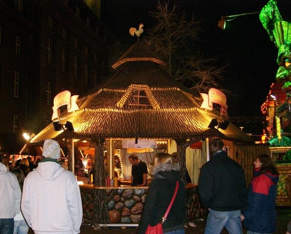 Bożonarodzeniowy stragan na świątecznym jarmarku w Berlin Spandau