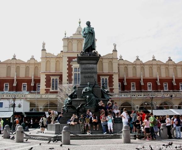 Pomnik Mickiewicza na tle krakowskich sukiennic