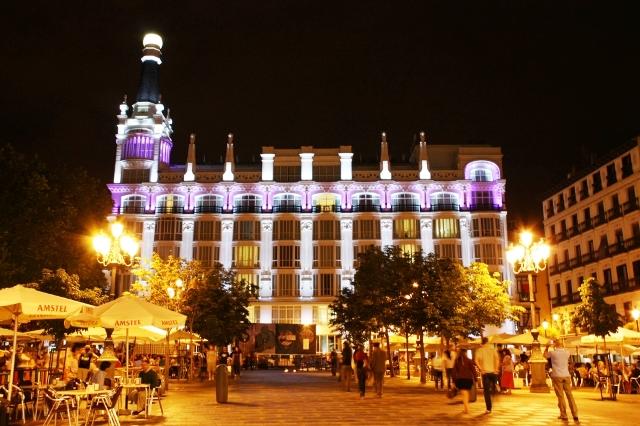 Plaza de Santa Ana w Madrycie nocą