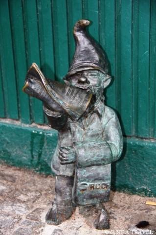 Gazeciarz jeden z wrocławskich krasnali