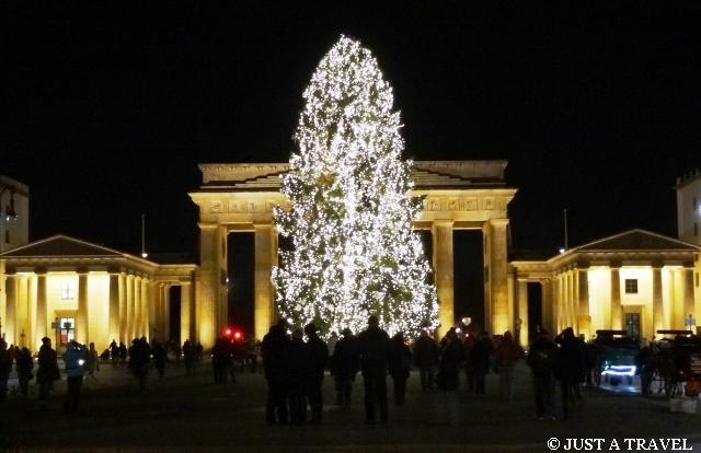 Brama Brandenburska symbol Berlina ze świąteczną choinką