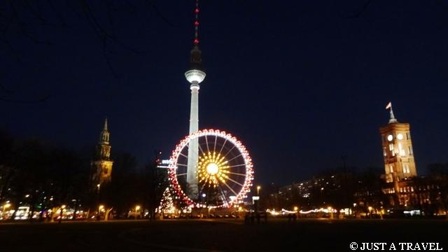 Alexanderplatz w Berlinie nocą