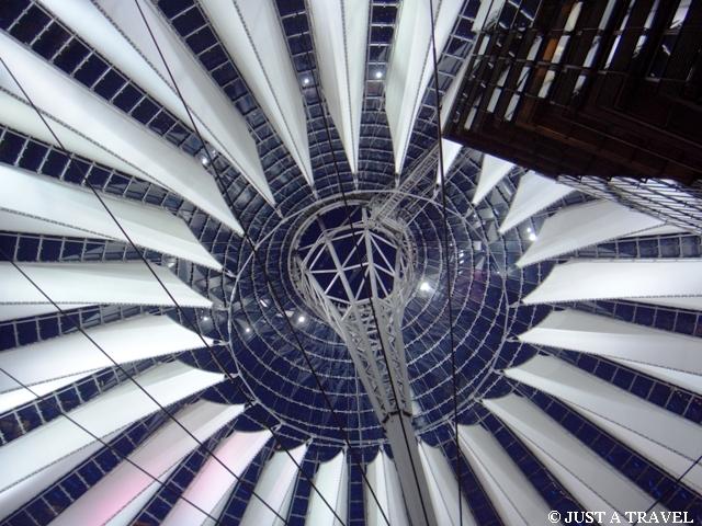 Konstrukcja dachu Sony Center na Potsdamerplatz w Berlinie