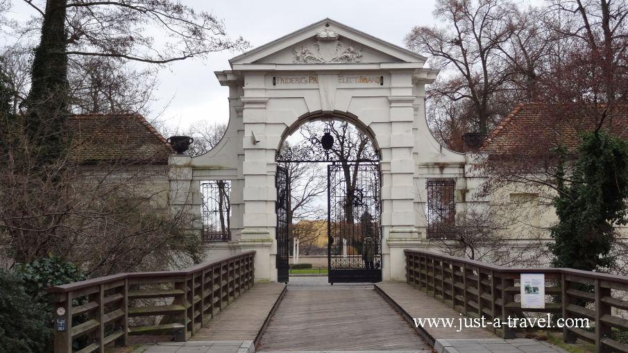 Brama do zamku - Berlin Köpenick i jego kapitan
