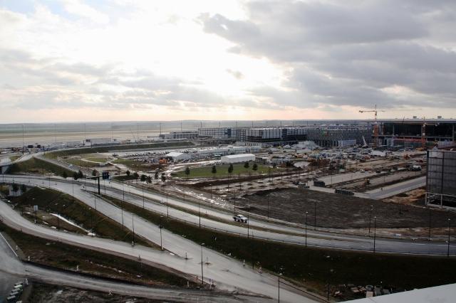 Dwupoziomowa autostrada prowadzi prosto do budynku terminalu BBI w Berlinie