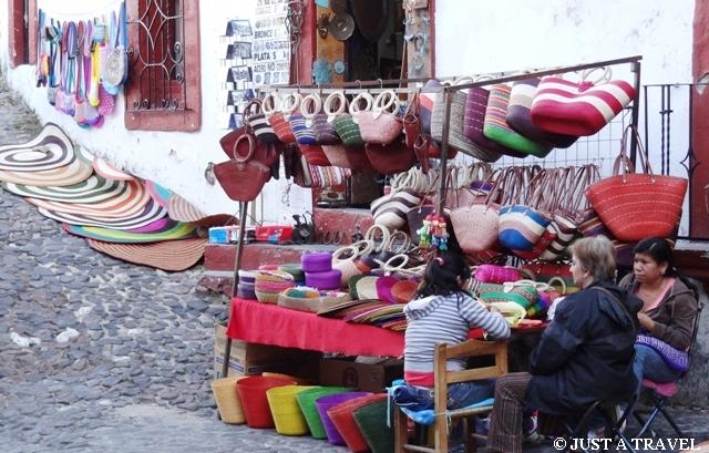 Kramik z kolorowymi wyrobami
