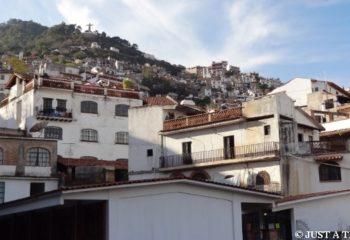 Srebrne miasteczko Taxco z figurą Chrystusa na wzgórzu