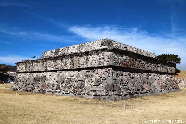 Piramida Quetzalcoatla, Pierzastego Węża