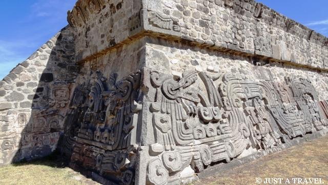 Pierzasty wąż zdobiący cokół piramidy
