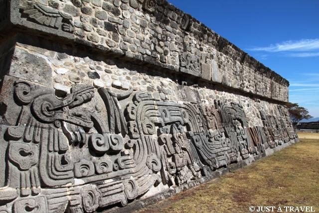 Pierzasty wąż zdobiący cokół piramidy Xochicalco