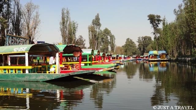 Łódki trajineras, cumujące przy przystani w Xochimilco