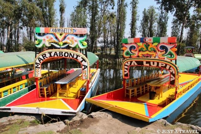 Ukwiecone łódki trajineras z Xochimilco
