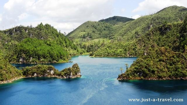 Kolorowe jeziora w Parku Narodowym Lagunas de Montebella