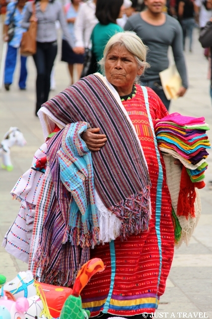 Indianka z Oaxaca sprzedająca szale