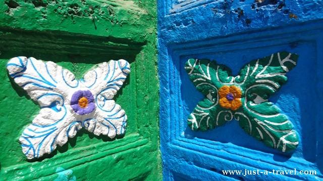 Kwiaty na fasadzie kościoła San Juan Chamula