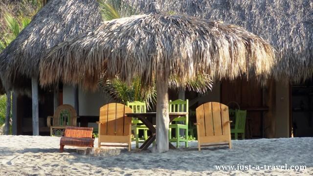 Parasole przeciw słoneczne są tu też zbudowane z liści palmy