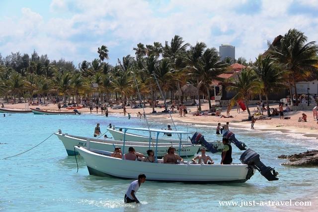 Łódka z turystami