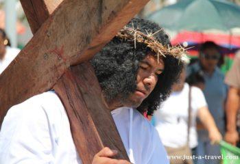 Via Crusis w Meksyku Jezus niesie krzyż