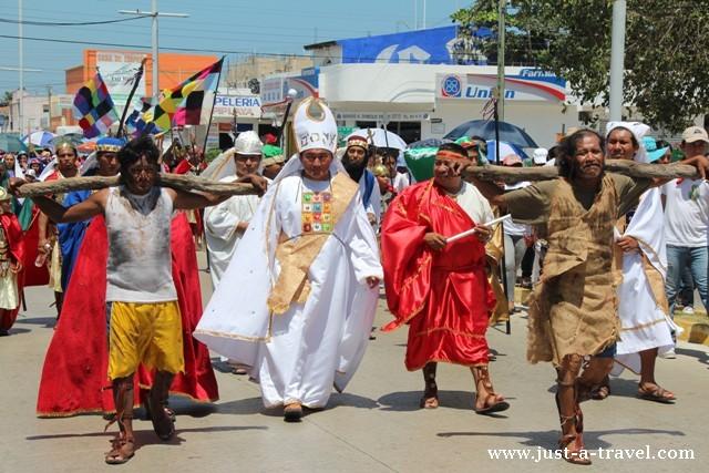 Jezusowi towarzyszą dwaj pospolici przestępcy, którzy zostaną ukrzyżowani obok niego