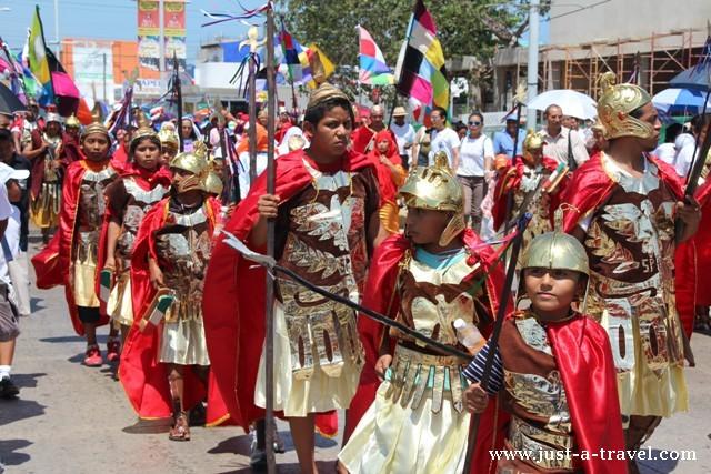 Barwne kostiumy na drodze krzyżowej