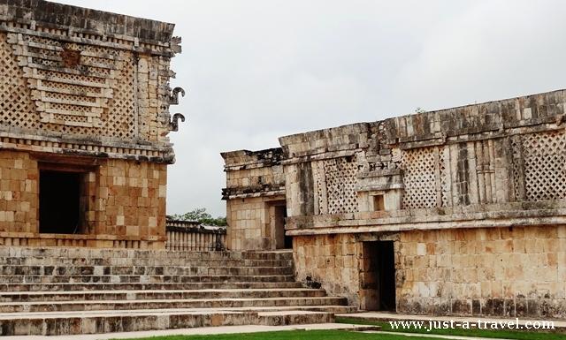 Styl Puuc z misternymi ozdobami fasad ruin Uxmal
