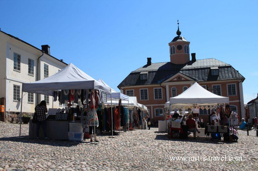 Targ przed Ratuszem z Porvoo - Magiczne miasteczko Porvoo