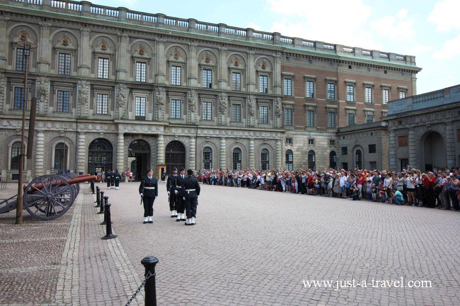 Zmiana Gwardii Krolewskiej na Zamku Krolewskim w Sztokholmie - Weekend w Sztokholmie