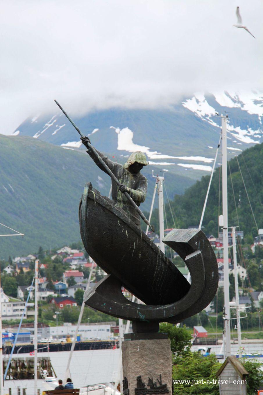 Pomnik rybaka - W arktycznej scenerii Tromso