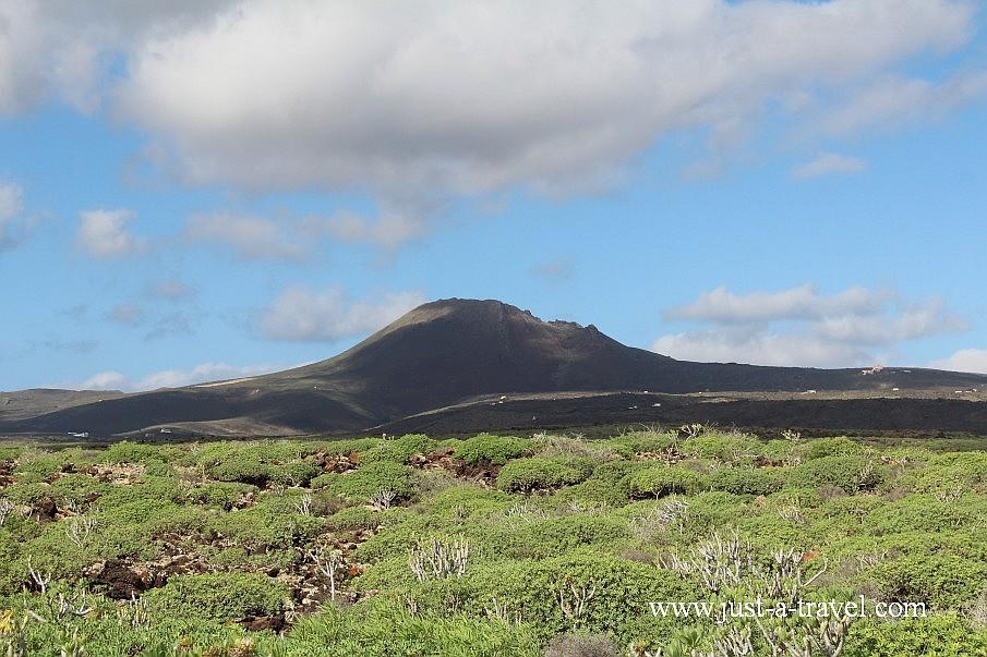 Wulkan la Corona, którego lawa utworzyła system jaskiń Jameos del Aqua